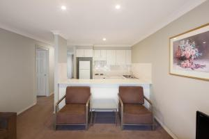 A kitchen or kitchenette at Pinnacle Apartments