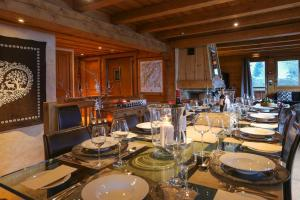 A restaurant or other place to eat at Chalet Les Jumelles