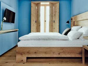 Ein Bett oder Betten in einem Zimmer der Unterkunft Hotel Wedina an der Alster