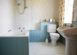 A bathroom at Lasswade Country House & Restaurant