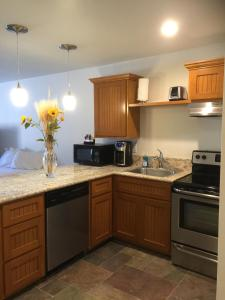 A kitchen or kitchenette at Harbour Inn