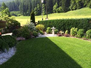 Ein Garten an der Unterkunft Haus Tina Zimmer