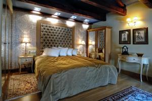 A bed or beds in a room at Civitas Boutique Hotel