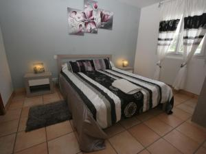 A bed or beds in a room at Authentic Villa in Erdeven France With Jacuzzi