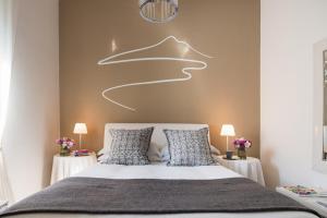 A bed or beds in a room at La Maison des Tout le Monde