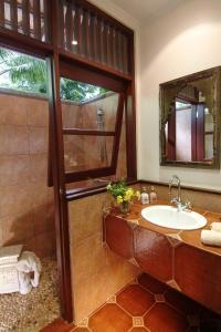 A bathroom at Tempat Senang Spa Resort & Restaurant