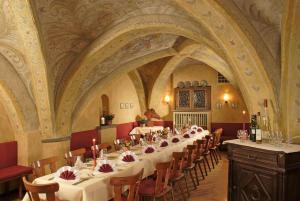 Ein Restaurant oder anderes Speiselokal in der Unterkunft Hotel Weisses Ross