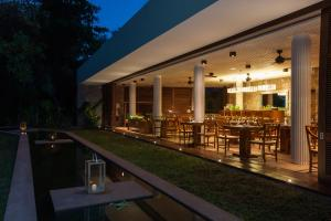 A restaurant or other place to eat at Le Relax Luxury Lodge
