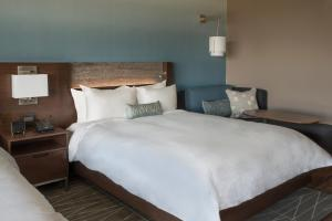 A bed or beds in a room at Buffalo Marriott at LECOM HARBORCENTER
