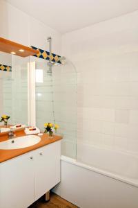 A bathroom at Séjours & Affaires Genève Saint Genis