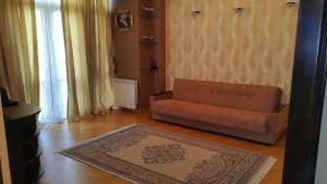Uma área de estar em Modern Apartment On Hasanoghlu str