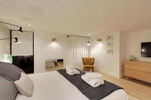 A bed or beds in a room at Pick A Flat's Apartment in Etienne Marcel - rue du Jour