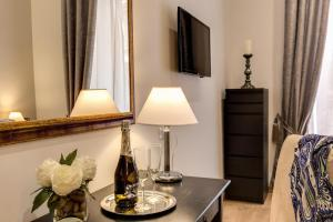 A television and/or entertainment center at Sweet Stay In Rome
