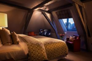 A bed or beds in a room at Hotel Van Cleef