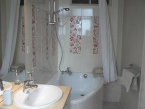 Salle de bains dans l'établissement La Terrasse de la Grand'Rue - chambre d'hôtes -