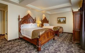 A bed or beds in a room at The Historic Davenport, Autograph Collection