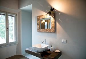 A bathroom at Azienda Agricola Baccagnano