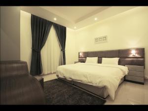 سرير أو أسرّة في غرفة في  بارادايس النرجس للأجنحة الفندقية