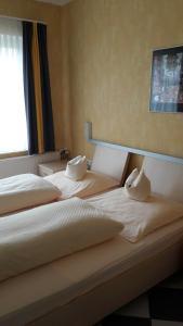 Ein Bett oder Betten in einem Zimmer der Unterkunft Hotel Schlömer