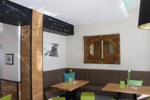 Ein Restaurant oder anderes Speiselokal in der Unterkunft Hotel Schlömer