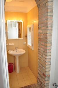 A bathroom at RELAIS Le Querciole