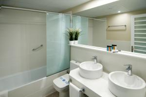 A bathroom at Serennia Exclusive Rooms