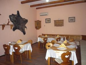 A restaurant or other place to eat at Pension Casa Sibiana