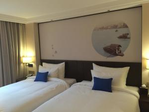 A bed or beds in a room at Guangzhou City Join Hotel Shipai Qiao Branch
