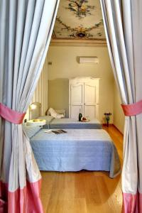 A bed or beds in a room at Orlando Palace Apartments