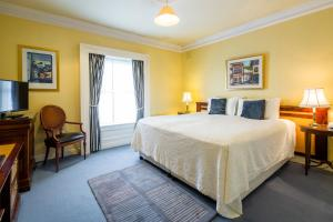 A bed or beds in a room at Aberdeen Lodge