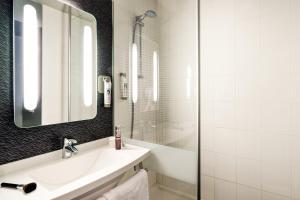 Salle de bains dans l'établissement ibis Vichy