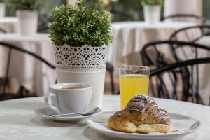 Breakfast options available to guests at Hotel Center 3