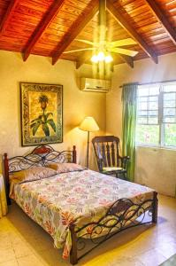 A bed or beds in a room at Gemini House Bed & Breakfast