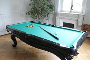 A pool table at Villa Élyane
