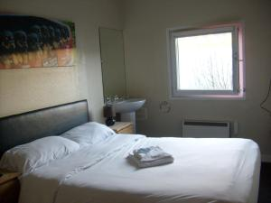 A bed or beds in a room at Metro Inns Teesside