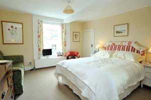 A bed or beds in a room at B&B Castleton House