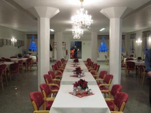 A restaurant or other place to eat at Nordkapp Vandrerhjem Hostel