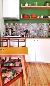 A kitchen or kitchenette at Kunterbunt Aparts Istanbul