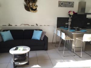 A seating area at Appartement Au Grau Du Roi
