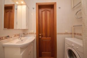 A bathroom at Apartment na Vodopyanogo
