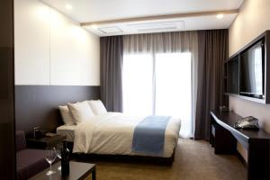 A bed or beds in a room at Days Hotel by Wyndham Dongtan