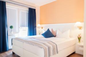 Ein Bett oder Betten in einem Zimmer der Unterkunft Hotel See-Villa