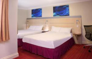 A bed or beds in a room at Comfort Inn Victoria