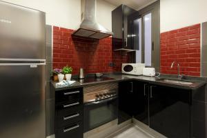 A kitchen or kitchenette at AinB Eixample-Miro Apartments