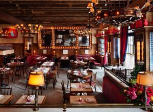En restaurant eller et andet spisested på The Ludlow Hotel