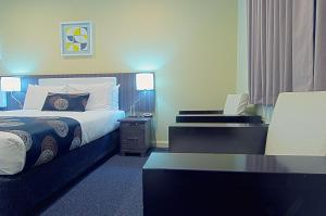 A bed or beds in a room at Park Squire Motor Inn & Serviced Apartments
