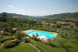 A view of the pool at Relais Poggio Borgoni or nearby
