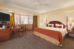 Кровать или кровати в номере Ramada Plaza By Wyndham Palm Grove