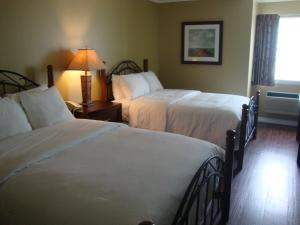 A bed or beds in a room at Annapolis Royal Inn