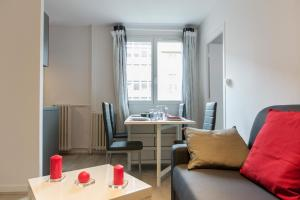 A seating area at Sweet Home Dijon Nodot